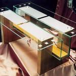 Стеклянный журнальный столик оригинальной конструкции.