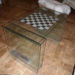 Стеклянный столик для игры в шахматы.