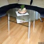 Журнальный столик со стеклянной столешницей и дополнительной полочкой.