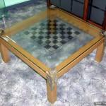 Столик из стекла для игры в шахматы.