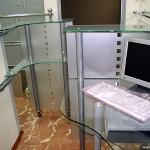 Рабочая стеклянная стойка менеджера.
