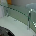 Рабочая стойка из стекла для менеджера.