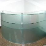 Стеклянный стол для офисной работы.