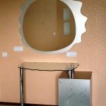 Зеркало и туалетный столик.