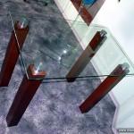 Обеденный стол со стеклянной столешницей.