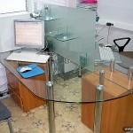 Рабочий стол из стекла для персонала офиса.