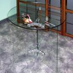 Небольшой переговорный стол из безопасного стекла.