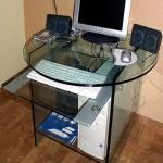 Стеклянный компьютерный стол.