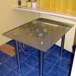Кухонный стол из матового стекла.