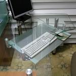 Стол для менеджера из стекла.