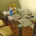 Стеклянный кухонный стол.