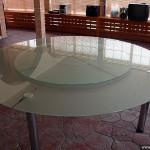 Большой круглый стеклянный обеденный стол.
