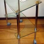 Передвижной стеклянный столик для компьютера.