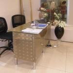Стеклянный стол для менеджера.