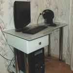 Стол для компьютера из стекла.