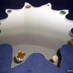 Зеркало оригинальной формы, украшенное элементами фьюзинга.