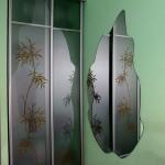 Зеркало оригинальной формы для прихожей.