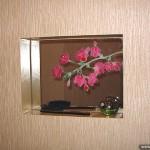 Зеркало в нишу с декором из плёнок.