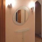 Овальное зеркало и туалетная полочка из матового стекла для прихожей.