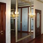 Дизайнерское зеркало с канделябрами.