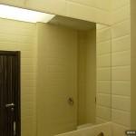 Большое зеркало для ванной комнаты.