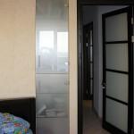 Встроенный шкаф со стеклянными дверцами.