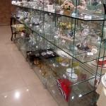 Стеллажи и полки из стекла для демонстрации товаров.