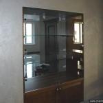 Стеклянная витрина для домашней коллекции.