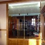 Стеклянный шкаф-витрина для экспонатов.