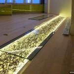 Стеклянная вставка в пол с подсветкой.