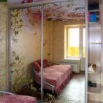 Шкаф-купе с декорированными зеркальными дверками.
