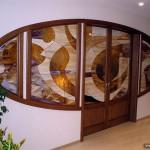 Витраж Тиффани и двери с витражными вставками.