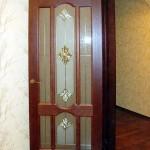 Витражные вставки с бевелсами в двери.