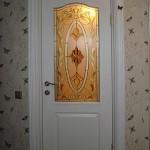 Витражная вставка с бевелсами в двери.