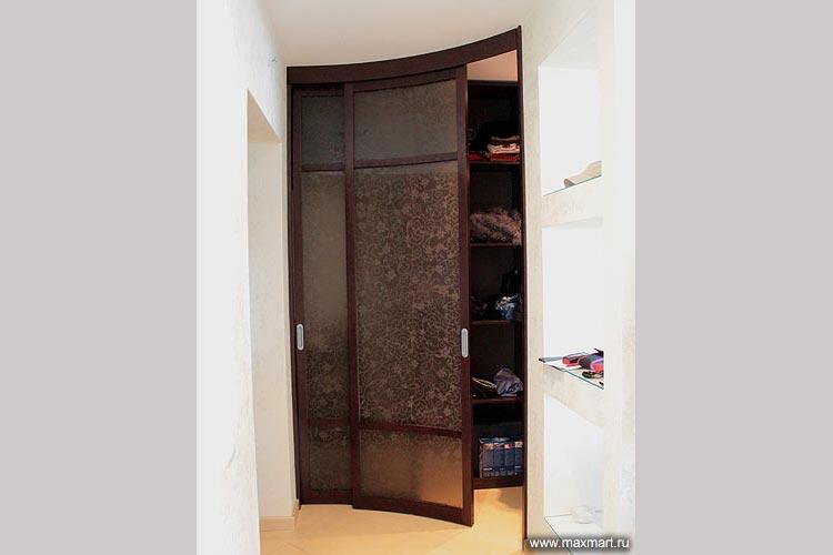 Дверь радиусная стеклянная с рисунком для гардеробной.