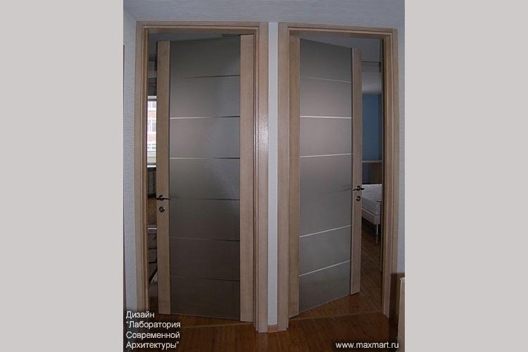 Двери распашные стеклянные в деревянном обрамлении с рисунком.