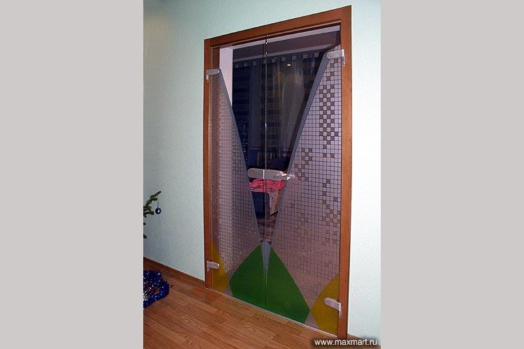 Дверь цельностеклянная с рисунком.