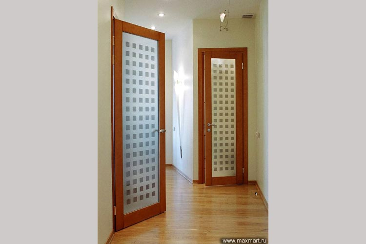 Двери распашные стеклянные в деревянном обрамлении.