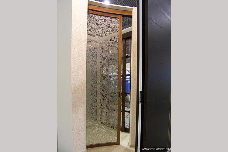 Дверь откатная радиусная. Наполнение - декорированное стекло.