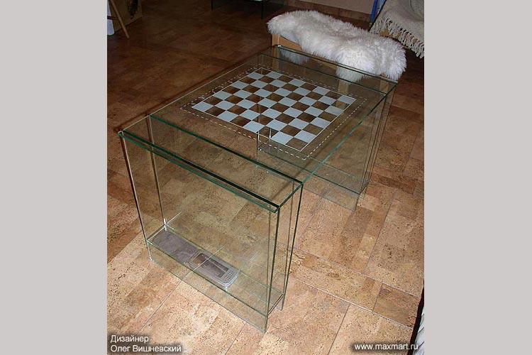 Шахматный стеклянный столик.