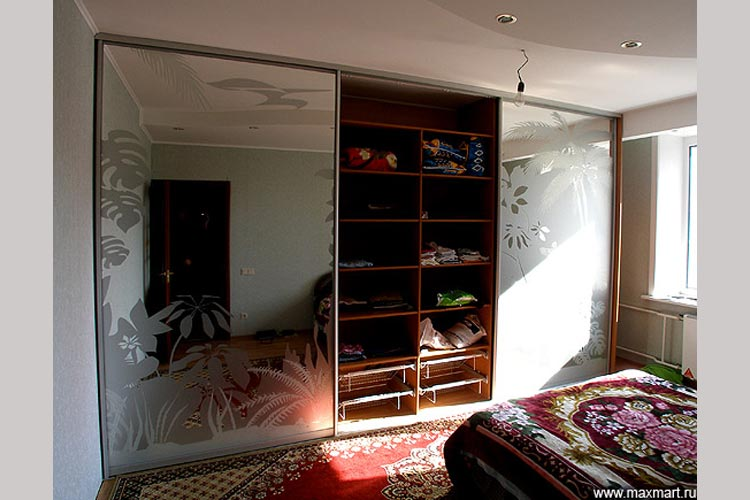 Шкаф-купе с дверями из декорированного зеркала.