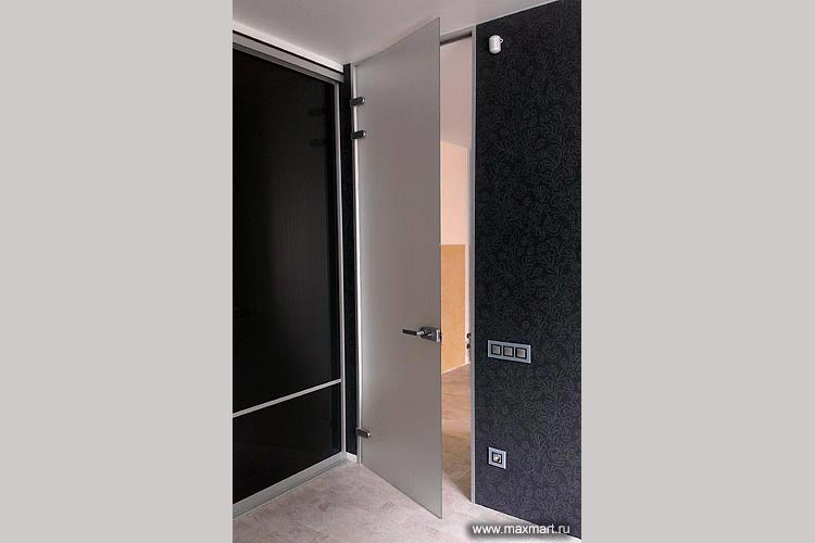 Дверь цельностеклянная матовая распашная.