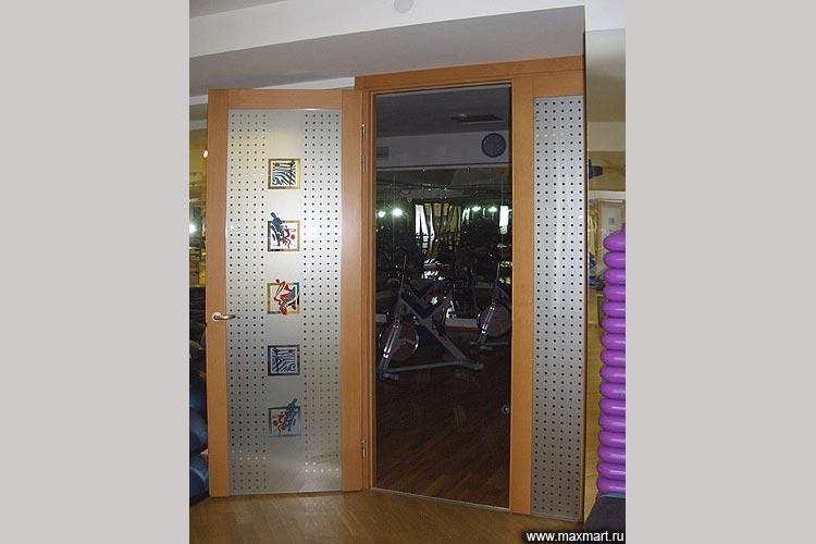 Дверь стеклянная межкомнатная в обрамлении.