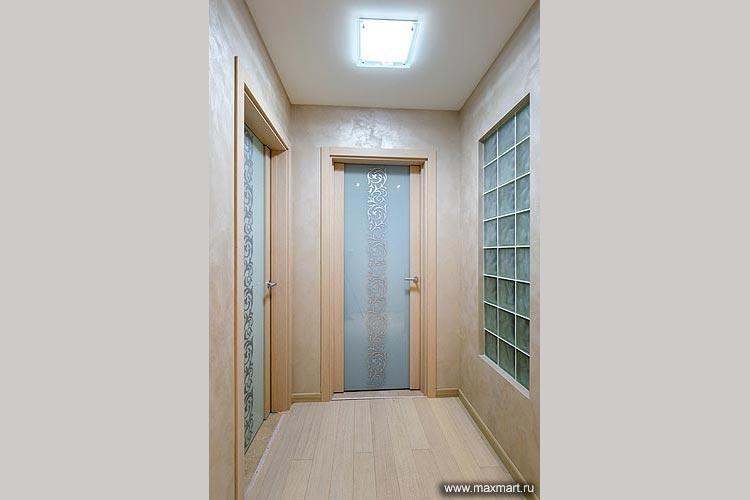 Двери из матового стекла с рисунком.