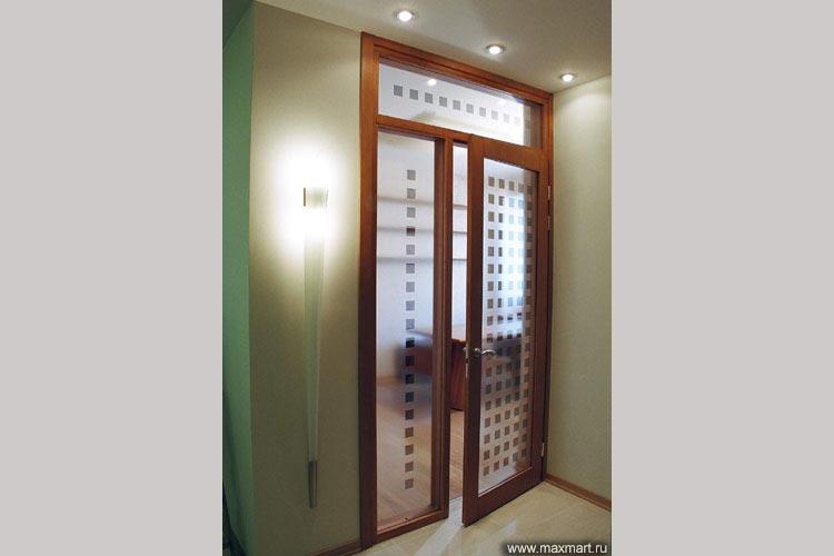 Межкомнатные двери из стекла с рисунком в деревянном обрамлении.
