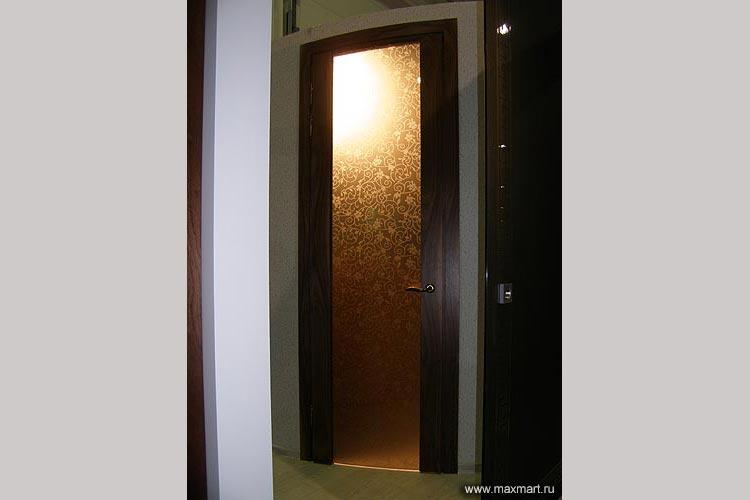 Дверь из бронзового стекла с рисунком.