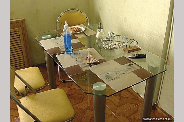 Стеклянный обеденный стол.