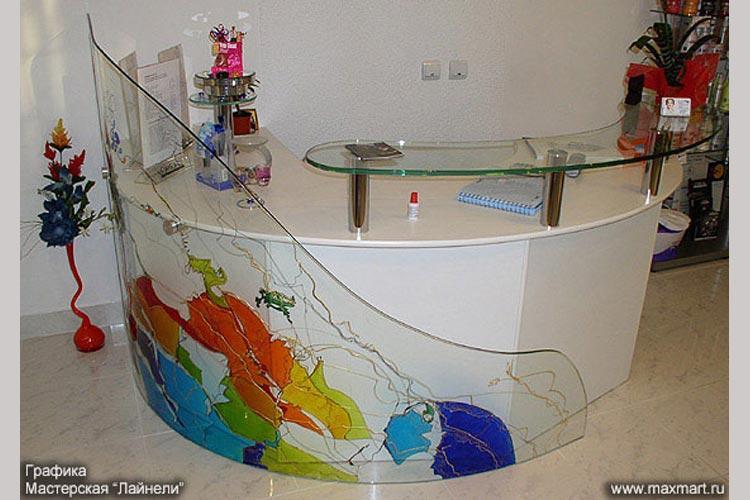 Стойка для администратора из стекла с лаковой росписью.