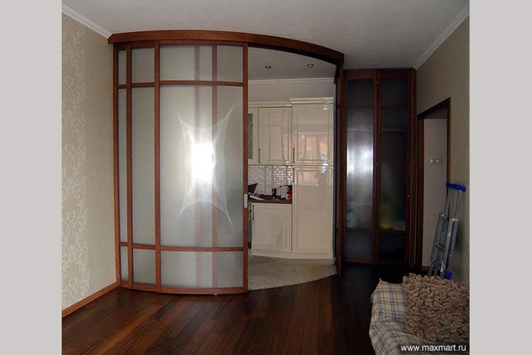 Радиусная перегородка и складная дверь.